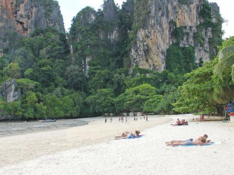 Морское побережье Тайланда радует отдыхающих очаровательными пейзажами