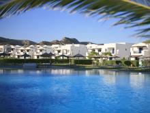 Есть что-то манящее в греческих отелях на берегу моря