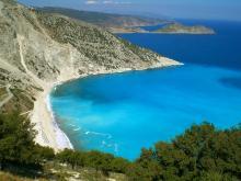 Извилистая и гористая береговая линия очень характерна для Греции.