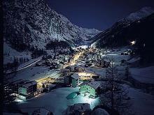 Швейцарский курорт Саас-Фэ ночью похож на деревушку из сказки