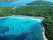 Множество владельцев яхт приплывают отдохнуть на пляжах Хорватии