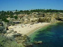 Многие пляжи Алгарве расположены в маленьких бухтах, которые образуют скалистые берега