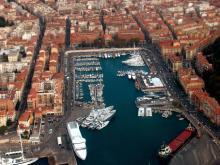 В порт Ниццы заходит множество круизных лайнеров, маленьких и больших яхт