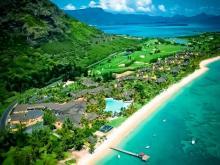 Территория отеля Maritim Hotel Mauritius и пляж перед ним.