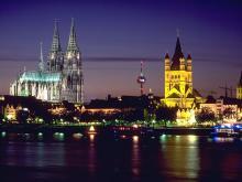 Ночной вид на Кельнский собор и старинную набережную