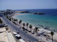 Панорамный вид на общественный пляж в Тунисе