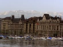 Окружённая живописными горами Женева